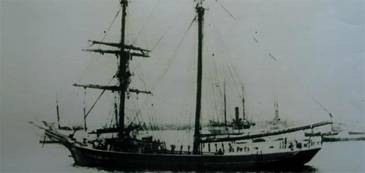 A Mary Celeste-ről fennmaradt egyetlen ismert korabeli fotó, az 1860-as évek végéről