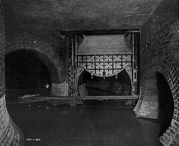 A ház alatti csatornarendszer lejárata. Bármi is volt a házban, elképzelhető, hogy innen jött...