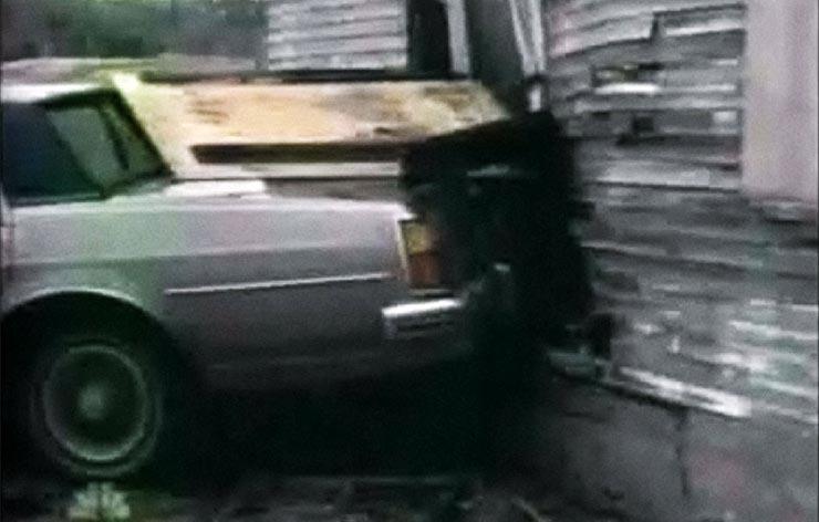 Az autóval talán menekülni akart valaki elől a lány, azért csapódott neki a háznak.