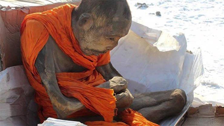 200-eve-meditalo-tibeti-szerzetes