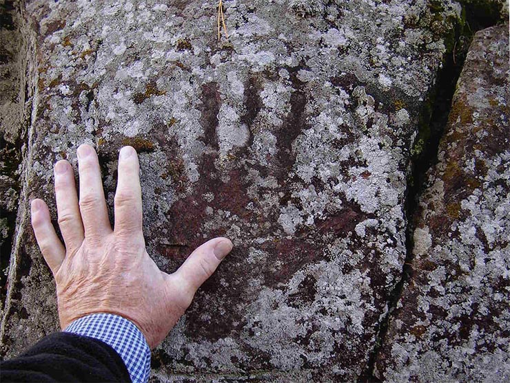 nem-emberi-keznyomok-egy-barlang-falan-3