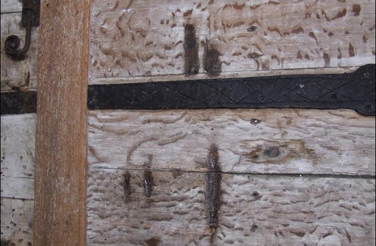 karmolas-nyomok-a-templom-ajton
